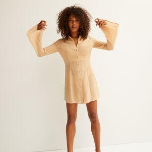 vestido camisero ceñido de satén - beige