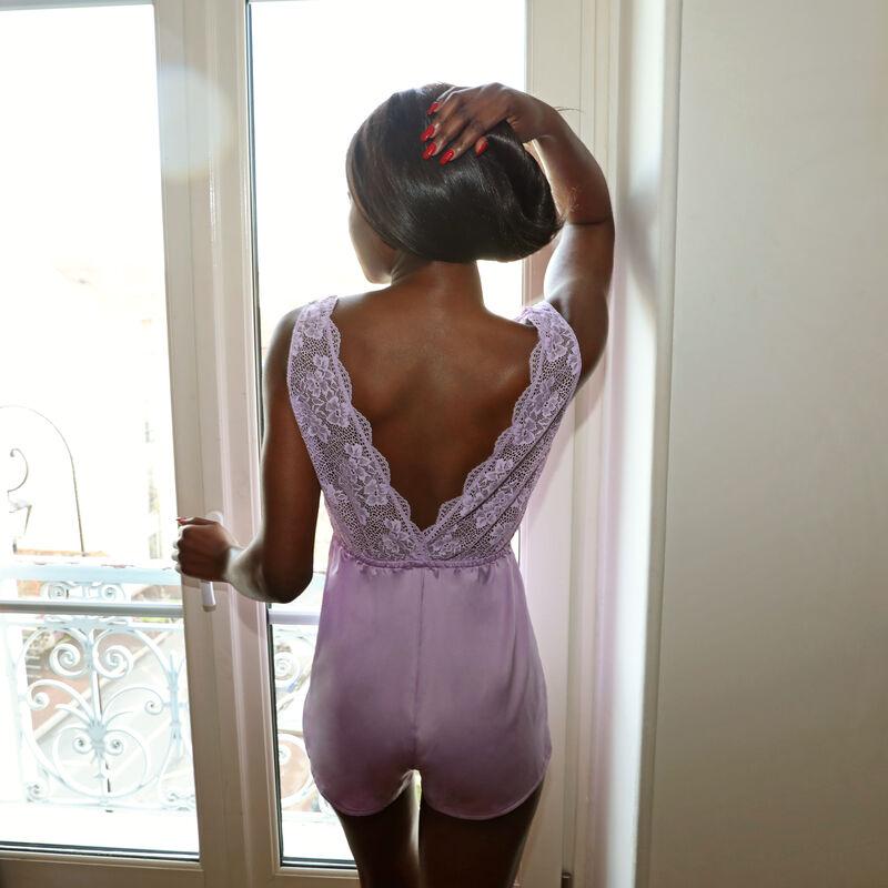mono corto de satén y encaje con detalles de perlas - lila;