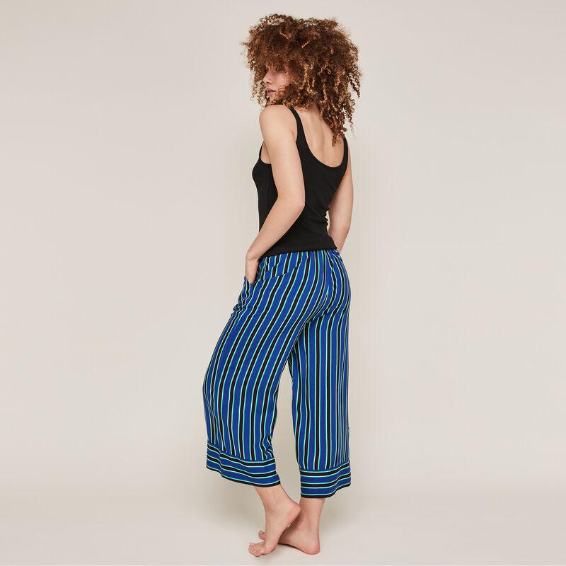 Pantalón de rayas azul;
