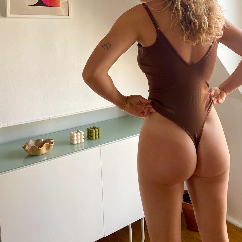 body con escote de pico y aros - marrón;