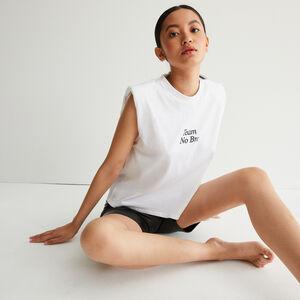 top con mensaje y hombros estructurados - blanco