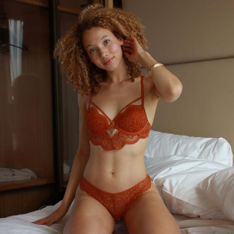Braguita brasileña de encaje con detalle de joya - marrón;