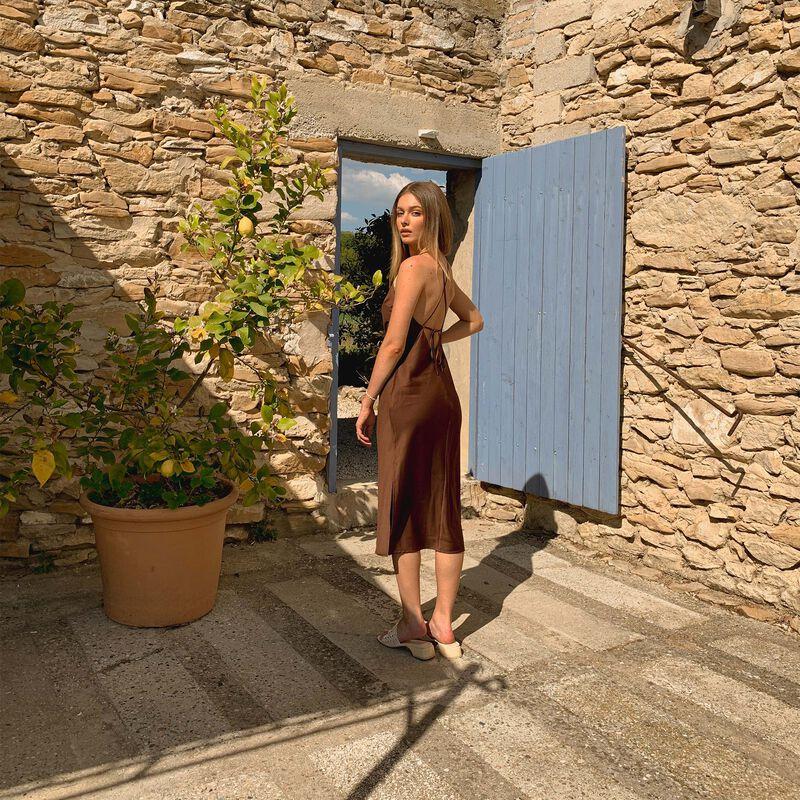 Vestido semilargo de satén con lazo en la espalda - marrón;