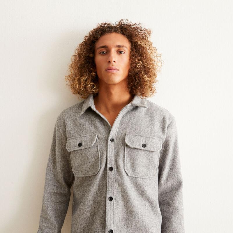 camisa con botones y bolsillos con detalles- gris ;