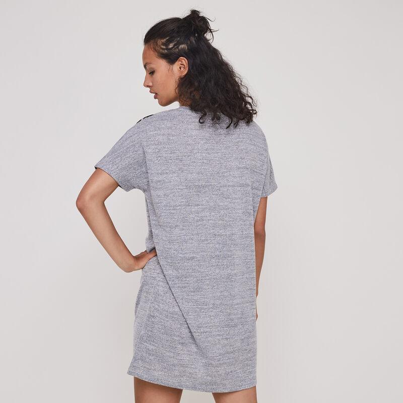 túnica gris marga corta con detalles de dragón;